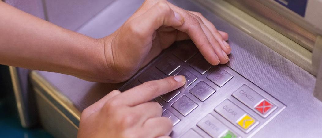 Как происходит кража денег из банкомата? Читайте в нашей статье о самых популярных способах кражи из банкомата, с помощью которых хакеры могут завладеть вашими деньгами.