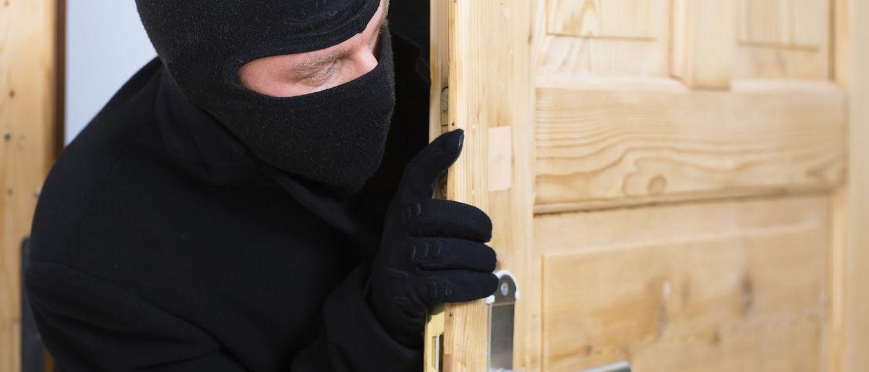 Что делать и как себя вести, если вашу квартиру ограбили? Как обезопасить свое жилище от грабителей? Действенными советами делятся опытные адвокаты по уголовным делам.